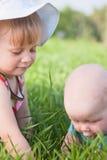 Dos niños en la hierba Fotos de archivo libres de regalías