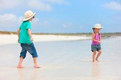 Dos niños en la playa Fotografía de archivo
