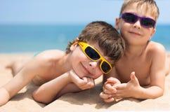 Dos niños en la playa Imágenes de archivo libres de regalías