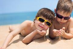 Dos niños en la playa Foto de archivo libre de regalías
