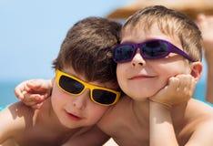 Dos niños en la playa Fotografía de archivo libre de regalías