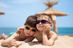 Dos niños en la playa Fotos de archivo
