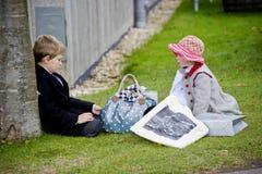 Dos niños en la ropa de los 50.os años Fotografía de archivo libre de regalías