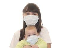 Dos niños en máscaras médicas imagen de archivo