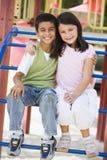 Dos niños en patio Imágenes de archivo libres de regalías