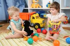 Dos niños en sala de juegos con los juguetes fotografía de archivo libre de regalías