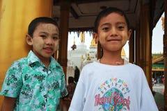 Dos niños en Shwedagon Paya en Yangon, Myanmar Fotografía de archivo libre de regalías