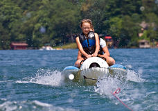 Dos niños en un flotador Fotografía de archivo libre de regalías