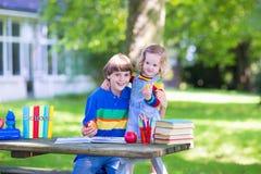 Dos niños en un patio de escuela Imágenes de archivo libres de regalías