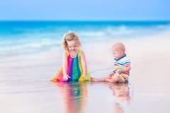 Dos niños en una playa Imagenes de archivo