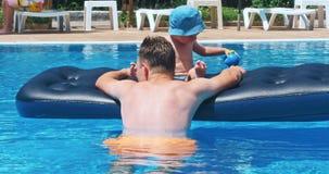 Dos niños felices acercan a la piscina almacen de metraje de vídeo