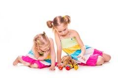 Dos niños felices con el conejito y los huevos de pascua. Pascua feliz Imagenes de archivo