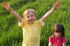 Dos niños felices en prado Imágenes de archivo libres de regalías