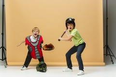 Dos niños felices muestran diverso deporte Concepto de la moda del estudio Concepto de las emociones Imágenes de archivo libres de regalías