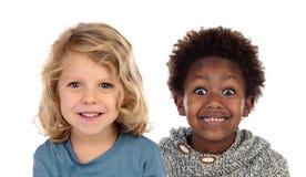 Dos niños felices que miran para arriba imagen de archivo