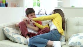 Dos niños hispánicos que discuten sobre la TV teledirigida metrajes