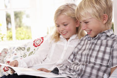 Dos niños jovenes leyeron juntos imagenes de archivo