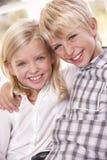 Dos niños jovenes presentan juntos Imágenes de archivo libres de regalías
