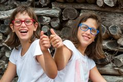 Dos niños perjudicados que hacen los pulgares para arriba. Fotografía de archivo libre de regalías