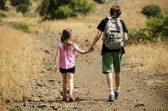 Dos niños que caminan en el parque Imágenes de archivo libres de regalías