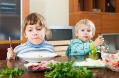 Dos niños que comen la comida Fotos de archivo