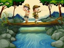 Dos niños que cruzan el río Imagenes de archivo
