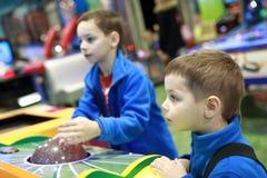 Dos niños que juegan al juego de arcada fotos de archivo libres de regalías