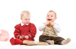 Dos niños que juegan con los globos imagen de archivo libre de regalías