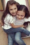 Dos niños que juegan con uno a foto de archivo libre de regalías