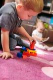 Dos niños que juegan en el cuarto Fotos de archivo libres de regalías