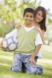 Dos niños que juegan en parque junto Imagenes de archivo