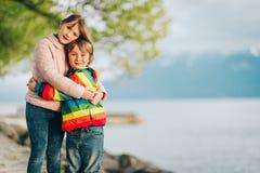 Dos niños que juegan junto afuera Fotografía de archivo libre de regalías