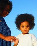 Dos niños que llevan a cabo las manos Foto de archivo