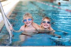 Dos niños que nadan en la piscina Fotografía de archivo