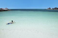 Dos niños que nadan en la playa Foto de archivo