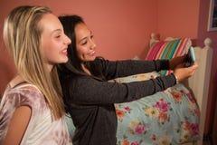 Dos niños que toman el selfie con el teléfono celular Fotos de archivo libres de regalías