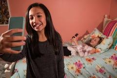 Dos niños que toman el selfie con el teléfono celular Fotografía de archivo