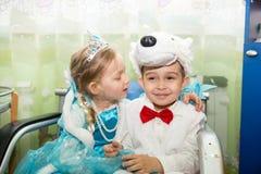 Dos niños se vistieron en trajes del carnaval en el día de fiesta del Año Nuevo Foto de archivo libre de regalías