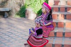 Dos niños tailandeses en ropa tradicional en las escaleras al templo de oro de Chiang Mai foto de archivo libre de regalías