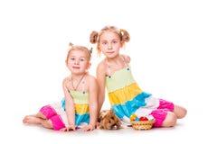 Dos niños felices con el conejito y los huevos de pascua. Pascua feliz Foto de archivo