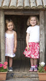 Dos niños jovenes que juegan junto en Montessori/ Imagen de archivo