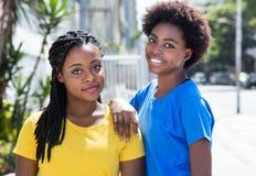 Dos novias afroamericanas hermosas en la ciudad Imagen de archivo libre de regalías