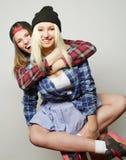 Dos novias bastante adolescentes Foto de archivo