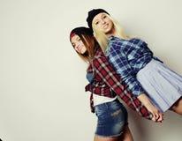 Dos novias bastante adolescentes Imagen de archivo