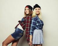 Dos novias bastante adolescentes Foto de archivo libre de regalías