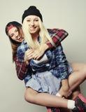 Dos novias bastante adolescentes Fotografía de archivo libre de regalías