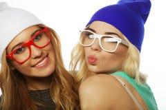 Dos novias bastante adolescentes que sonríen y que se divierten Fotografía de archivo libre de regalías