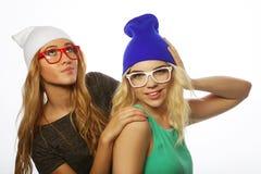 Dos novias bastante adolescentes que sonríen y que se divierten Fotografía de archivo
