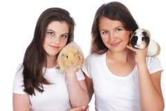 Dos novias con el conejillo de Indias Imagenes de archivo