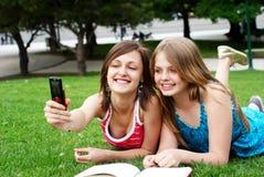 Dos novias en parque Fotos de archivo libres de regalías